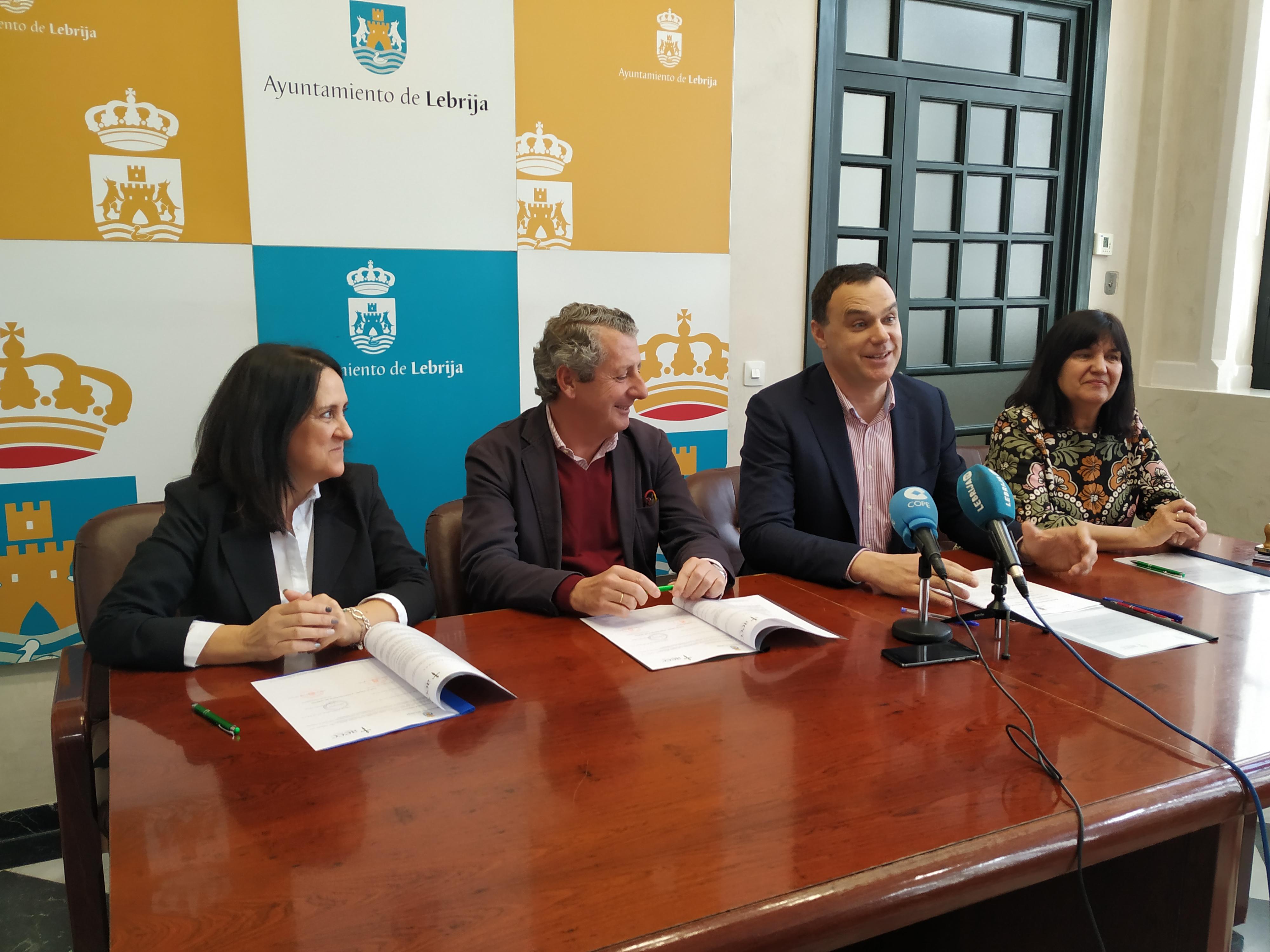 Firma del convenio colaboración AECC (2)